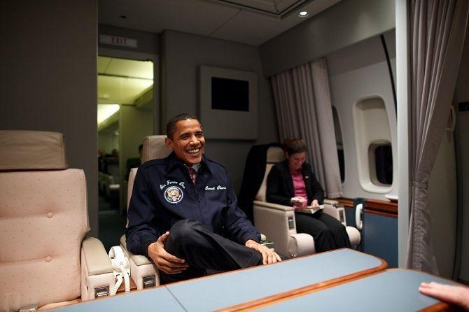 Barack Obama napalube lietadla Air Force One.