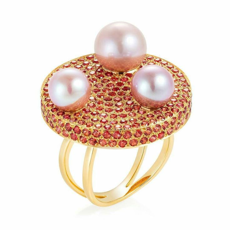 Ring by Amanda Brighton from the Disc collection  in yellow gold with three fancy pearls over a base with pink sapphire pavé  __________  Sortija de Amanda Brighton de la colección Disc  en oro amarillo con tres perlas fancy sobre una base con pavé de zafiros rosa  __________  #DeJoyaEnJoya #FromJewelToJewel #JeweleyBlog #BritishJeweley #BridtishDesign #design #AmandaBrighton #AmandaBrightonJewelry #AmandaBrightonLondon #JewelryGeek #ring #anillo #sortija #bague #anello #sapphire #pearls…