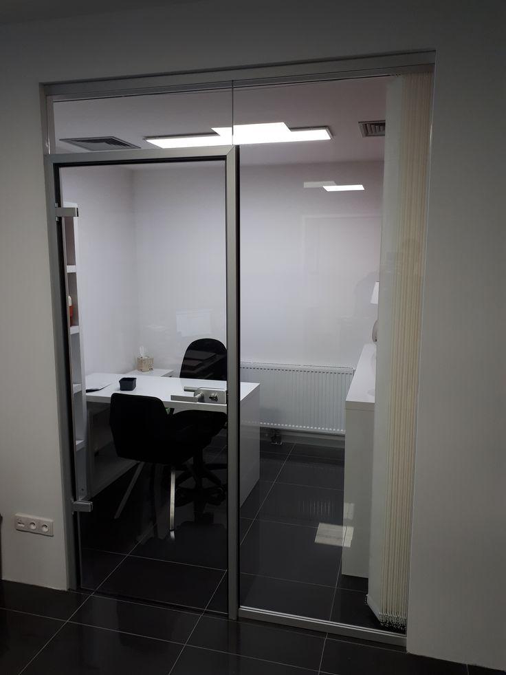 sklenená priečka do kancelárie so sklenenými dverami osadenými v hliníkovej zárubni