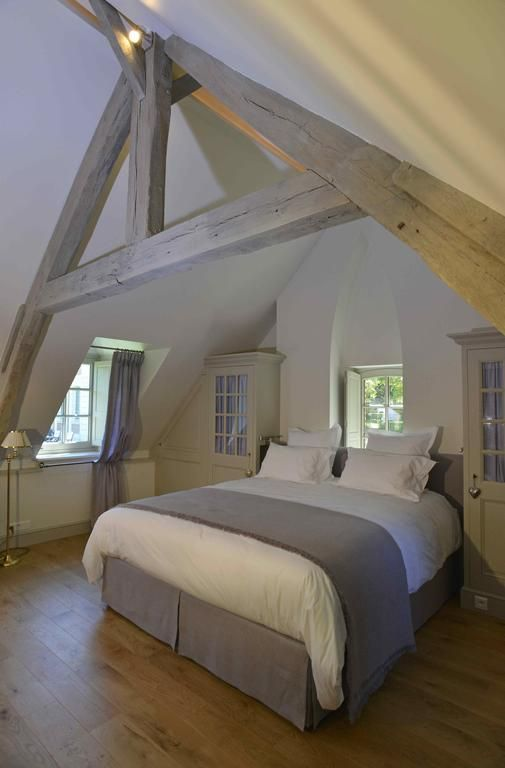 Charpente peinte en gris clair. Chambres d'hôtes Le Clos de Grâce, Chambres d'hôtes Honfleur