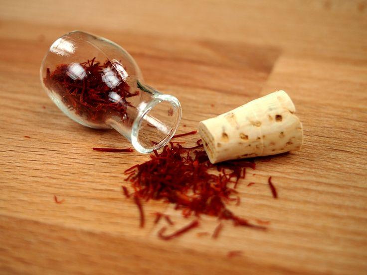 Je zajímavým paradoxem, že ač je šafrán nejdražším kořením na světě, je zároveň u nás v obchodě i jedním z nejčastěji poptávaném. I když ono možná není divu, protože se jedná o skutečně výjimečné koření po všech stránkách. Kromě kuchyně si své místo totiž našel jak v lidové lékárně, tak i odborné medicíně.  http://www.kralovstvichuti.cz/rady-a-recepty/safran-v-kuchyni-i-lekarnicce