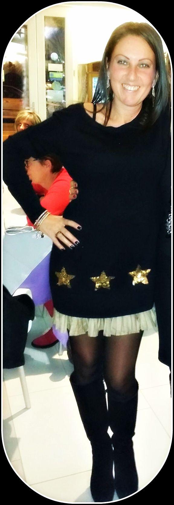 Chiara indossa #abito #pepitastyle in misto lana con applicazione di #stelle in #paillettes e #ricamo. Balza #plissè sul fondo