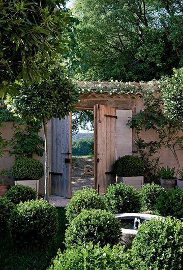 Un portail en bois pour un jardin plein de charme,  Photographe : Nicolas Mathéus