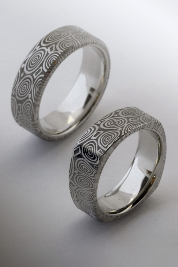 Damasteel wedding ring with titanimun inside  Damaszk acél karikagyűrű titán belsővel.