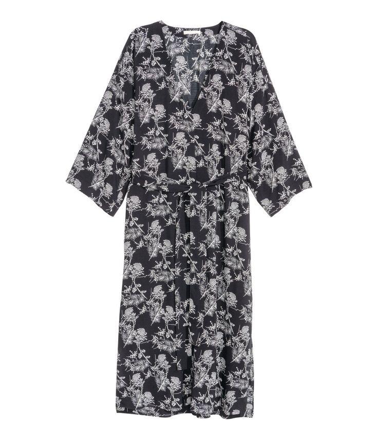 Sieh's dir an! Wadenlanges, gerade geschnittenes Kleid aus bedrucktem Webstoff. Das Kleid hat einen V-Ausschnitt mit verdeckten Knöpfen, leicht überschnittene Schultern und 3/4-lange Ärmel. Abnehmbarer Bindegürtel in der Taille und lange Seitenschlitze. Ungefüttert. – Unter hm.com gibt's noch viel mehr.