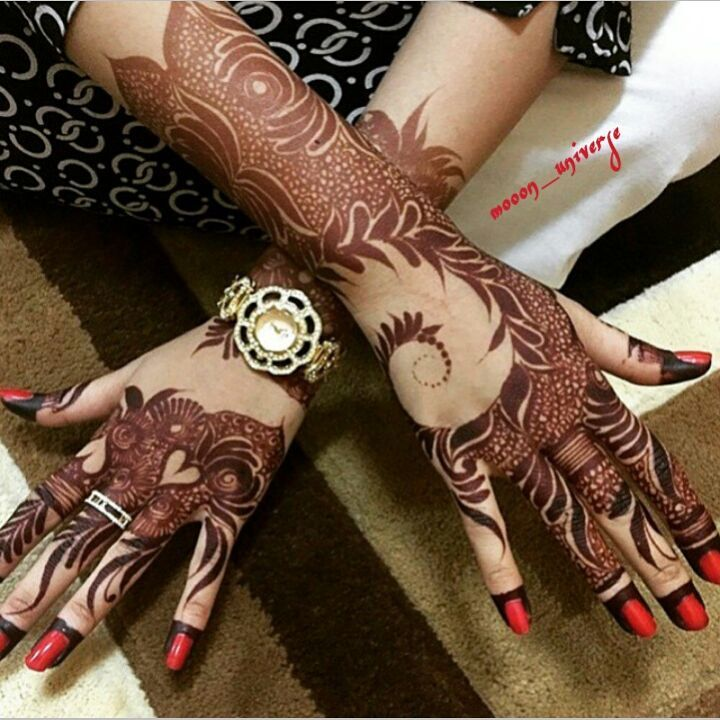 This gorgeous Arabic henna design. (By @mooon_universe)