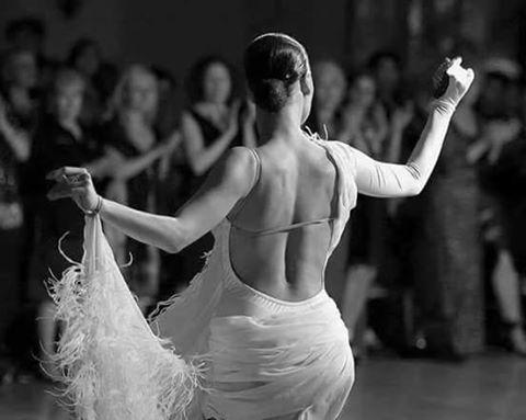 Aşık olamıyorsan, dans edemiyorsan, şarkılar mırıldanamıyor, ıslık bile çalamıyorsan, ne anlami var ki aklı başında olmanın ?