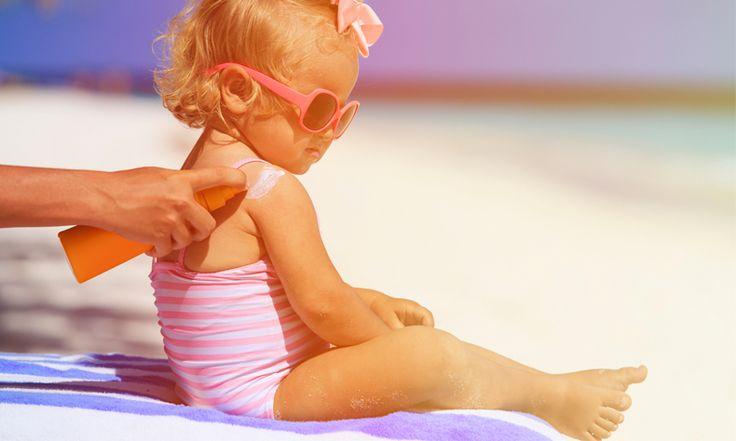 Héérlijk! De zomer lijkt nu toch echt te zijn begonnen. Maar zon betekent smeren. Kan dat nog met dat flesje zonnebrand van vorig jaar?