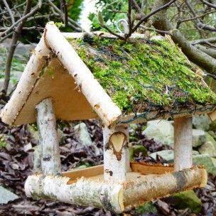 Cette mangeoire de la marque Dobar Wildlife faite en bois de bouleau ainsi que d'un toit couvert de mousse permettra aux oiseaux de votre jardin de se restaurer en période hivernale. D'une dimensions de 26 x 30 x 26 cm, elle est équipée d'un grand espace pour accueillir les oiseaux de la nature.