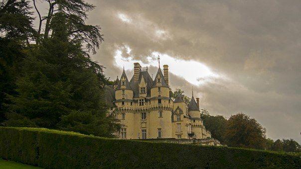 Жизнь.Красивая и ...РАЗ-НА-Я!!! Замок Юссе,Франция. Средневековый замок на реке Эндр. Замок был построен на исходе эры готики, в XV веке. Последний камень был уложен строителями в 1538 году. Считается, что именно этот замок Ш. Перро описал в сказке «Спящая красавица».