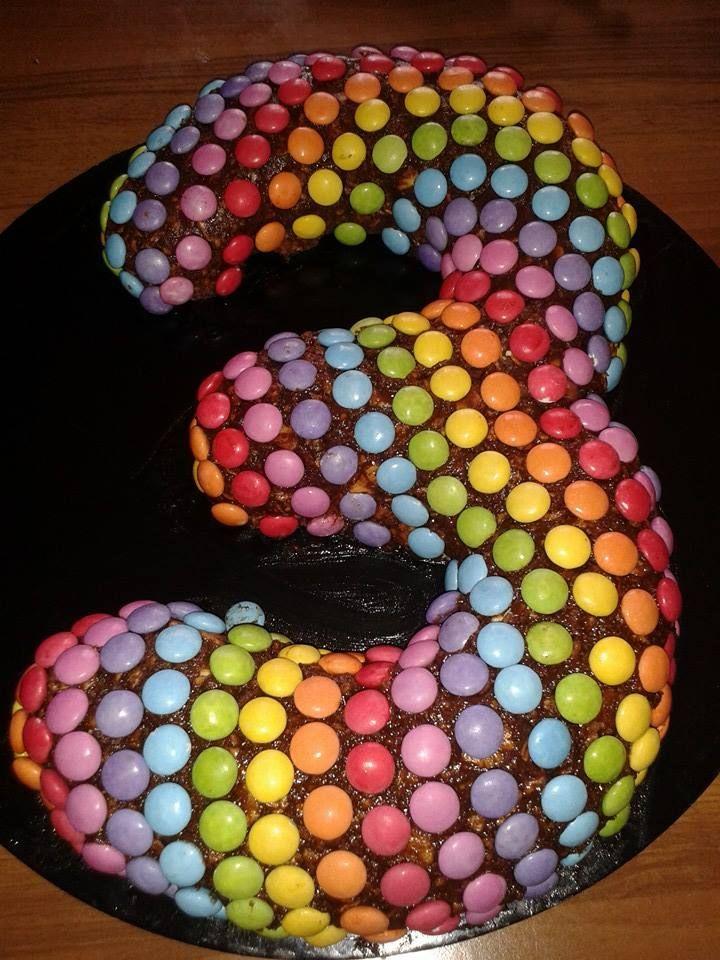 salame di cioccolato ricoperto con smarties