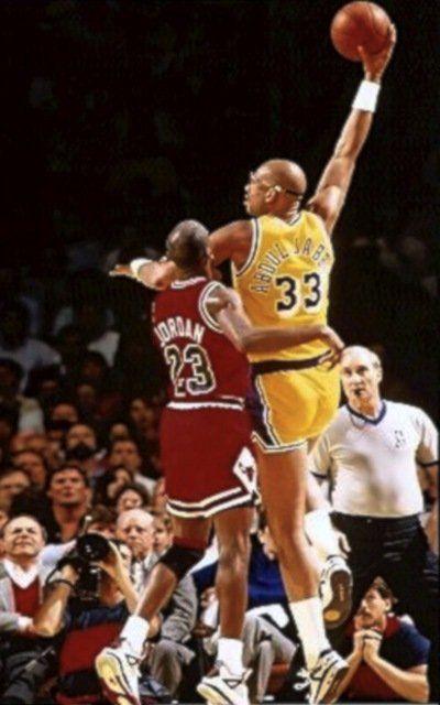 Kareem lanza su gancho ante la defensa de Michael Jordan