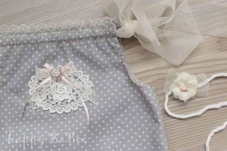 Ein süßes Baby Overall mit Applikation für Taufe oder Babyfotografie. Set besteht aus einem Overall und einem Haarband. Farbe Grau gepunktet…