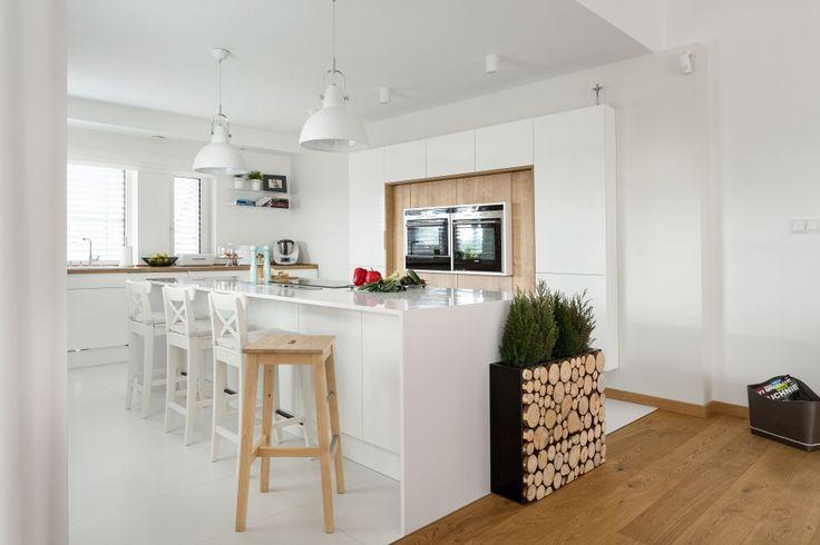 Biała kuchnia ocieplona drewnem  - zdjęcie numer 10