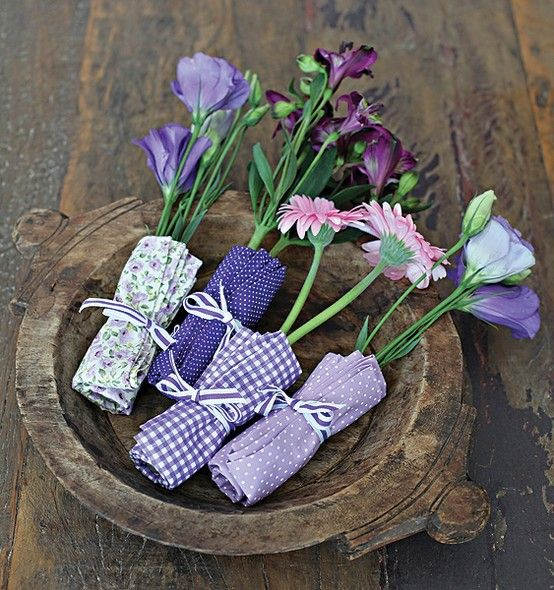 O contraste do delicado com o rústico cria um efeito incrível. Para fazer, escolha flores mais resistentes e prepare-as no dia da festa. Para que mantenham o frescor, lembre-se de deixar seu arranjo bem longe do sol.