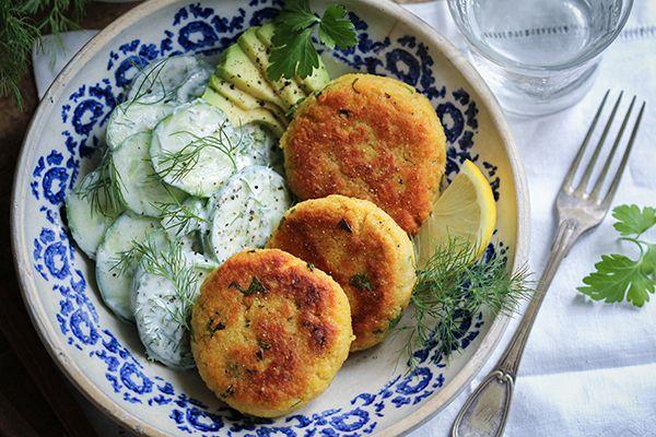Kartoffel-Couscous-Taler mit veganem Gurkensalat