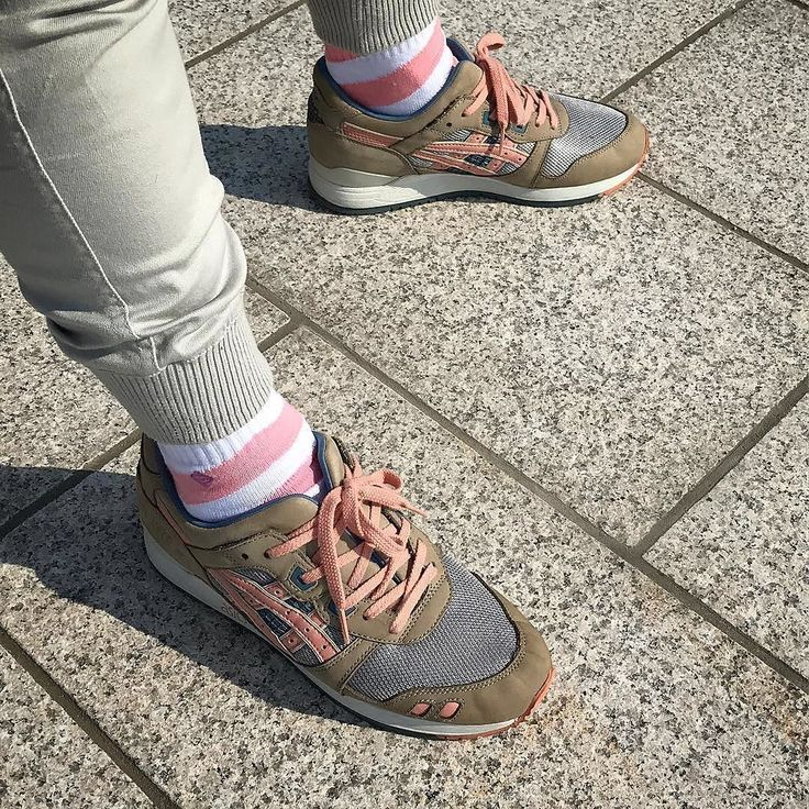 A big thx all the way to Japan  @washi_no_asobi for this nice shot of our Arrow Candy Pink and the Ronnie Fieg x Asics Gel Lyte III Flamingo  #teamjclay  #asicstiger#ronniefieg#flamingo#asicsflamingo#gellyteiii#asicsaddict#asicssquad#asicsteam#sneakerness#sneakercon#klekttakeover#sneakerfreakerfam#hypebeast#kickstagram#kicksonfire#weartga#japanesesneakerheads#epsilonmagazine#needmoresneakers #アシックスタイガー#スニーカーヘッズ#スニーカー#ゲルライト3#足元倶楽部