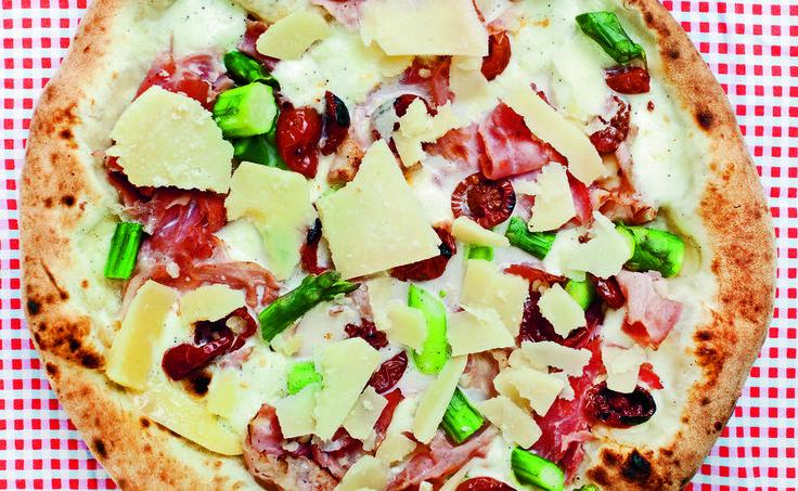 Denne pizzaen er døpt «Bianca Neve», eller Snehvit; det er en hvit pizza - altså kommer den uten tomatsaus. - Det er slettes ikke nødvendig med tomater på alle pizzaer, det er faktisk litt deilig med andre smaker innimellom. Hvite pizzaer blir tørrere, ofte med en bedre tekstur og kan være en anelse mer sprø, sier Vardøen i boken «Ekte italiensk pizza». Foto: Agnete Brun/CappelenDamm