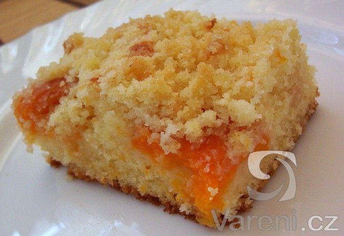 Nadýchaný koláč plný meruňek a sypaný drobenkou. Uvidíte, jak rychle zmizí ze stolu, ne-li již z plechu.