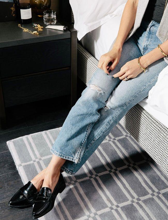 Rien de tel qu'une paire de mocassins vernis pour twister un jean destroy !