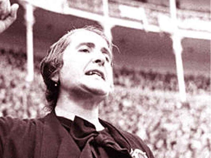 "Dolores Ibárruri  (la Pasionaria)  tijdens haar beroemde speech--""No pasaran""     Spaanse burgeroorlog"