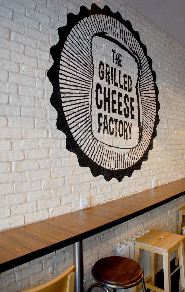 The Grilled Cheese Factory 9 rue Jacques Coeur Paris 4 ouvert tous les jours de 10h30 à 22h30 jusqu'à 00h30 le jeudi soir Sandwich de 6€ à 11,50€ Soupe de tomate 4€ Bière 4€