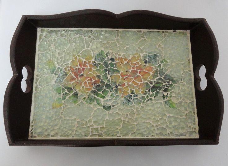 Bandeja de mdf em mosaico de vidro com decoupage de flores.