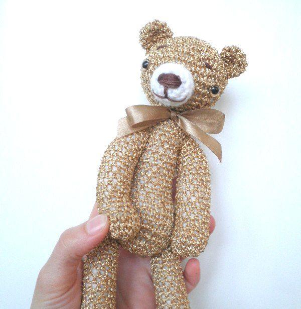 Zlatý+medvěd+Medvěd+je+uháčkovaný+ze+zlaté+lurexové+příze,+velikost+medvěda+je+25cm,+je+vycpaný+dutým+vláknem,+očička+má+bezpečnostní+(se+zarážkou+v+rubu)+a+čumáček+je+ručně+vyšívaný.+medvěd+je+ozdobený+hnědou+mašličkou.+K+medvědovi+je+možné+dokoupit+i+oblečky,+v+případě+zájmu+mne+prosím+kontaktujte.