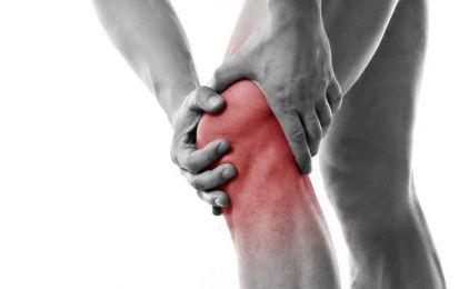 Versamento al ginocchio: cause, sintomi e cure - Il versamento al ginocchio ha fra le cause traumi e patologie specifiche. I sintomi sono il dolore, il gonfiore e la rigidità articolare. Per le cure diversi sono i trattamenti.