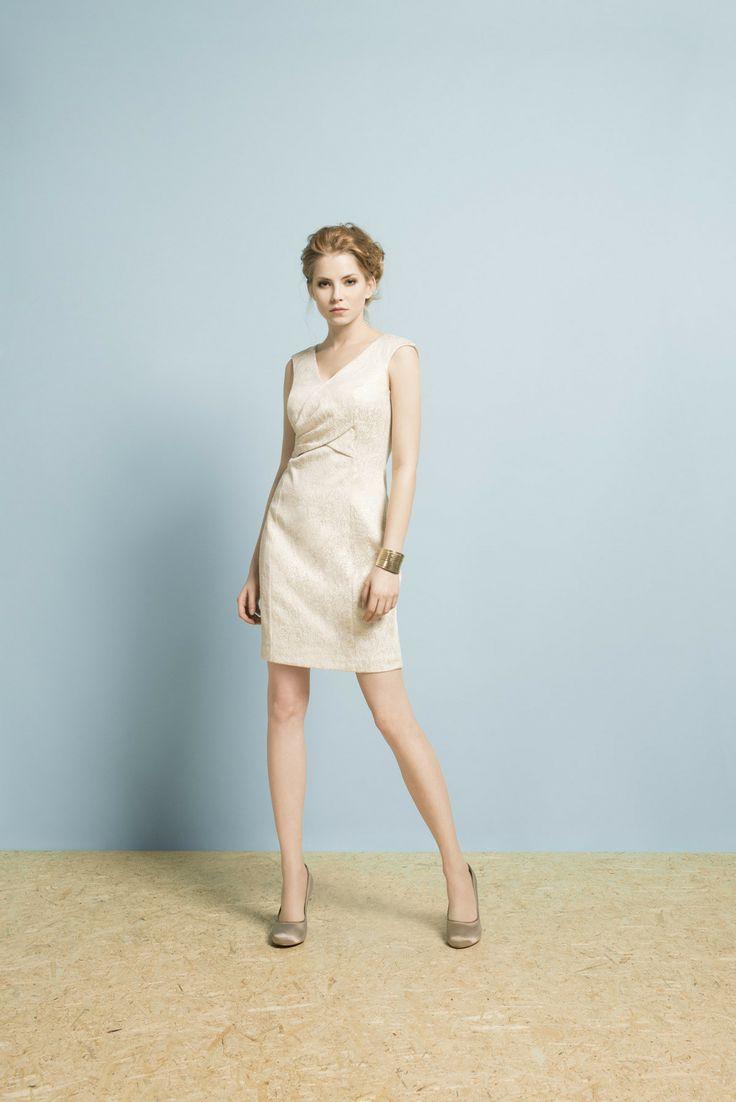 Dopasowana złota sukienka będzie wyglądała dobrze zarówno z bielą, jak i złotem. Można połączyć ją też z innymi kolorami! #moda #kolekcja #lato #wiosna #wiosna-lato 2014 #SS2014 #danhen #lookbook #sukienki #wesele