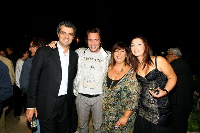 H Λένα Μαντά μαζί με τη Δ/ντρια Δημοσίων Σχέσεων των Εκδόσεων ΨΥΧΟΓΙΟΣ Πόπη Γαλάτουλα, τον Στράτο Τζώρτζογλου και τον σκηνοθέτη Γιάννη Κουτσομύτη!