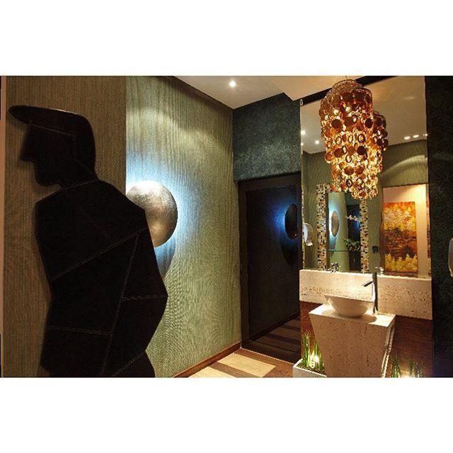 STUDIO CRIS PAOLA: Banheiro público masculino Casacor SP. Mármore Travertino e lustre dourado.  Projeto por Cris Paola e Dani Barella. Foto por João Ribeiro. #banheiro #bathrooms #lavabos #toilets #banheiropequeno #banheirocasal #apartamento #chuveiro #banheira #bath #sp #interiordesign  #designdeinteriores #decor #decoraçao  #studiocrispaola http://www.studiocrispaola.com.br/blogmilideias/