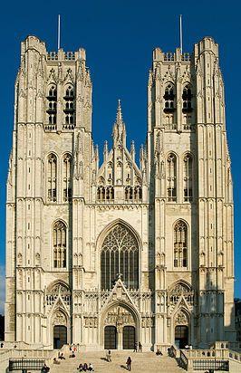 3. Brussel: De Kathedraal van Sint-Michel en Sint-Goedele  Deze kathedraal is ontstaan in het begin van de 13de eeuw. Er wordt gezegd dat er zelfs archeologische aanwijzingen zijn die beweren dat het dateert van nog voor de 10de eeuw.  Regelmatig vinden er nu concerten van de kathedraal plaats en zijn er verschillende tentoonstellingen. Er is nu een orgel in de kathedraal die maar liefst 4300 pijpen telt, die verdeeld zijn over 63 registers, 4 manualen en 1 pedaal. Er hebben al heel wat…
