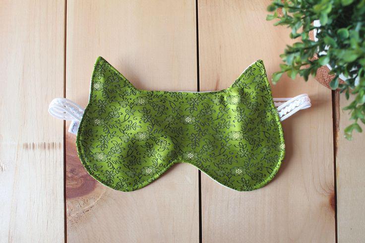Masque de sommeil, masque de chat, satin vert, brocart vert, masque nuit, loup, coton blanc, masque pour les voyages. par Fearyl sur Etsy https://www.etsy.com/ca-fr/listing/504888856/masque-de-sommeil-masque-de-chat-satin