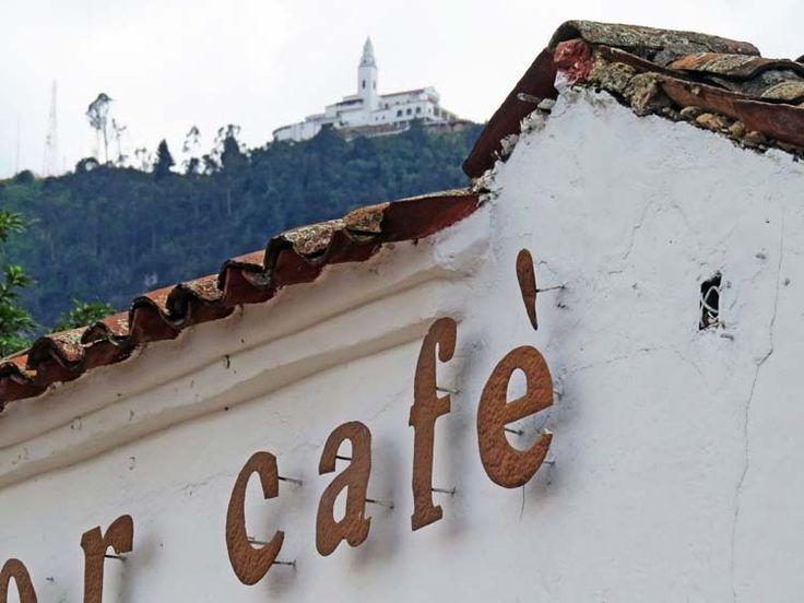 7. Sobre las casas y cafés que rodean El Chorro se puede ver la Iglesia de Monserrate