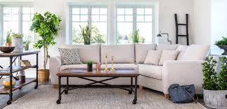 Para economizar espacio los sillones esquineros son perfectos así como los tonos claros y la mezcla de texturas.