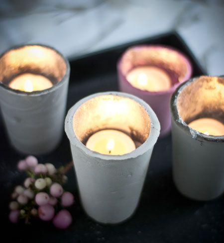 Gips-Teelichthalter: Gips, Pappbecher, Schlagmetall, evtl. Stempelfarbe zum Färben der Gipsmasse