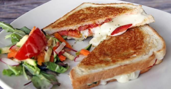 Recette de Croque tomates-mozzarella. Facile et rapide à réaliser, goûteuse et diététique. Ingrédients, préparation et recettes associées.