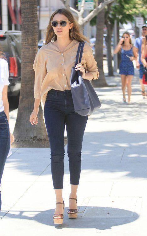 Jessica Alba se džínám do pasu nebrání, jen pak nohy prodlouží sandály na platformě; Profimedia