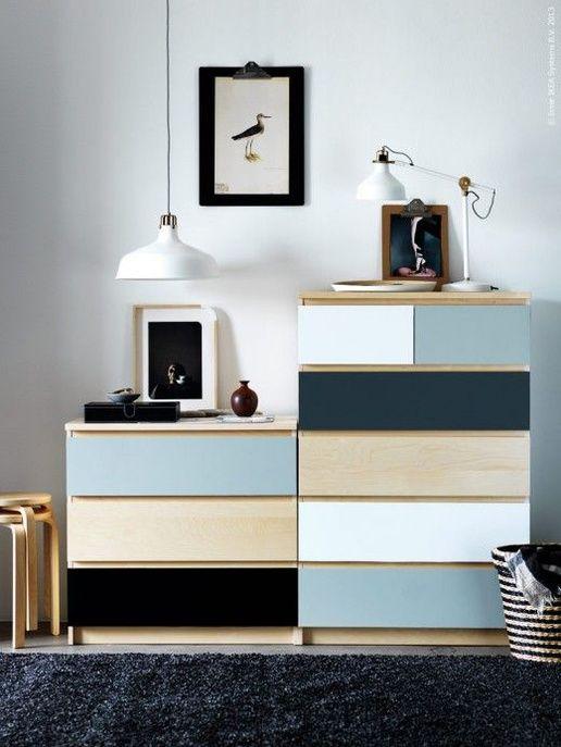 Des commodes décorées avec des tiroirs peints