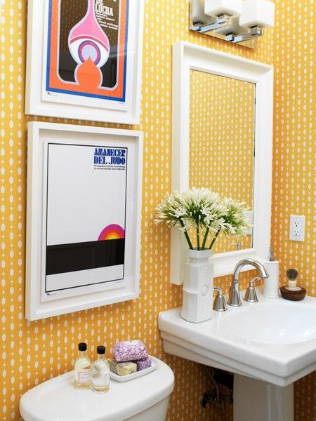 Quadros e papel de parede amarelo no banheiro, muito lindinho!!!