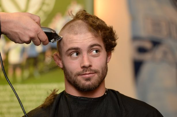 Leigh Halfpenny has his hair shaved off to raise money for Velindre in support of teammate Matthew Rees #CardiffBlues #Rugby