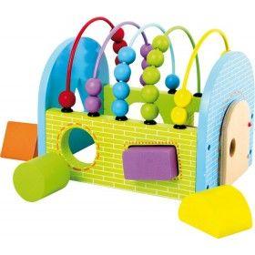Drevený dúhový domček potrénuje motorické zručnosti najmenších detí. Dieťa precvičí koordináciu očí a rúk pomocou počítadla, otváraním dvierok a rozpoznávaním tvarov.