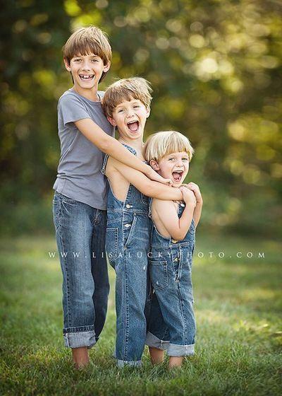 Fotografie drie broers buiten in jeans
