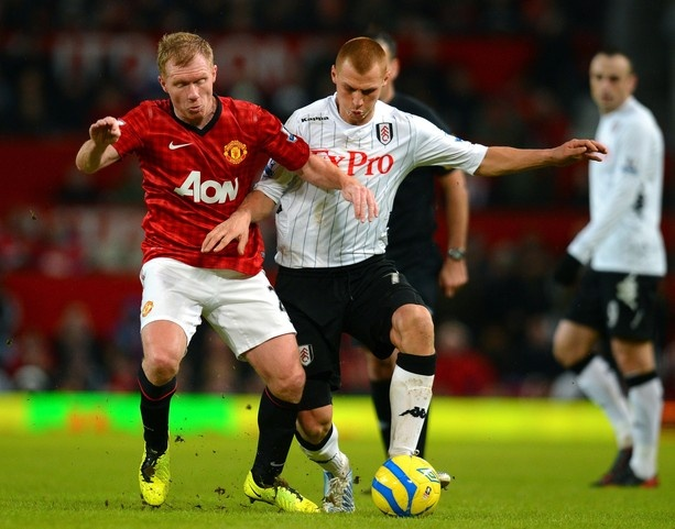 Manchester United's English midfielder Paul Scholes (L) vies with Fulham's English midfielder Steve Sidwell during the English FA Cup football match between Manchester United and Fulham at Old Trafford in Manchester, north-west England on January 26, 2013.