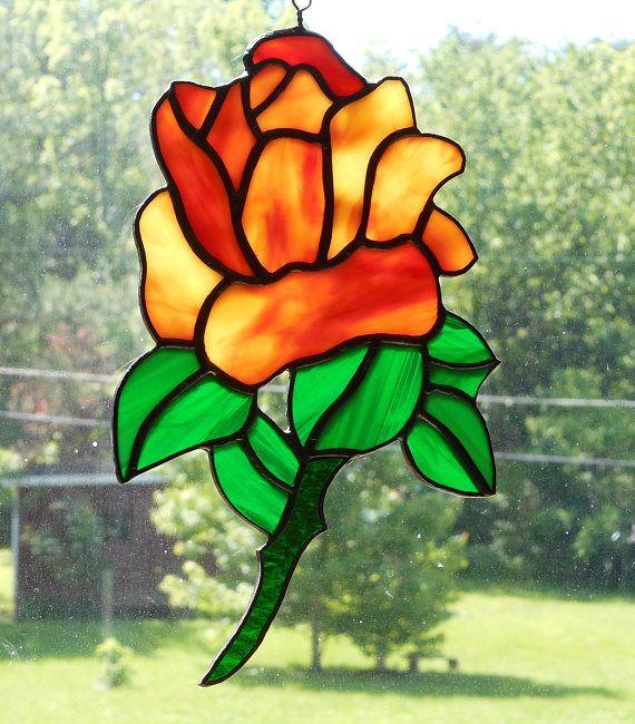 Gebrandschilderd glas Rose Suncatcher, meten van ca. 9,5 lang x 6 brede duim. Deze suncatcher werd gebouwd in de folie en soldeer methode. Voor degenen die niet tussen een geel of rood Rose kiezen kan? Hier is een gebruikelijke Oceana geel en rood Mix. Deze Rose Suncatcher is gebouwd met een geel en rood Oceana Mottle glas. Het is een semi-glad geweven opaalglas. De bladeren zijn een gladde textuur opal groen met wisp wit en licht groen. De stengel is een ruwe warmgewalste transparant…