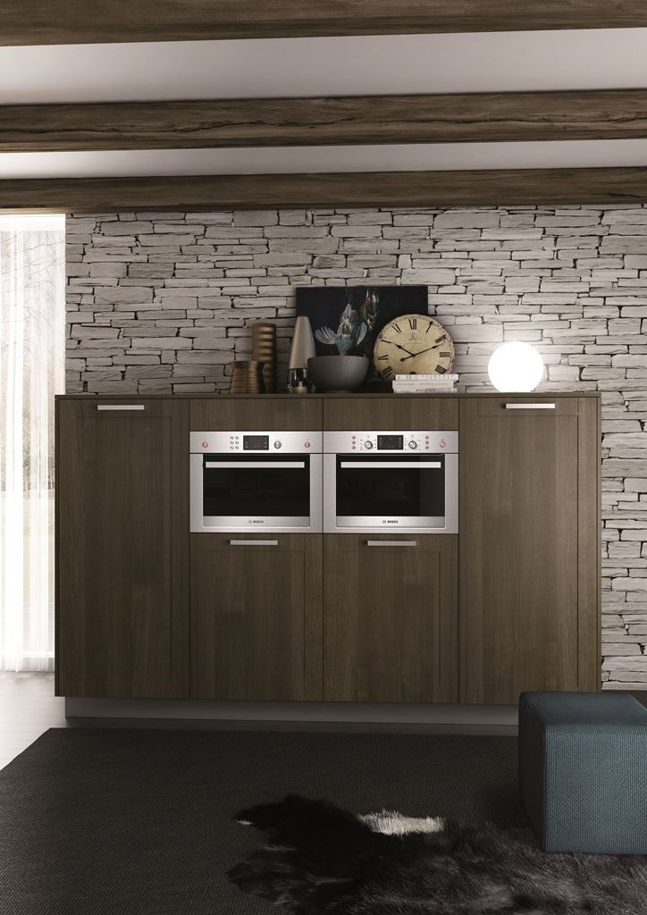 moderna kuchyna HANAK na mieru, tmave drevo s vyraznou kresbou v kombinacii s tmavym lakom, jednoduche linie #URGELA#HANAK