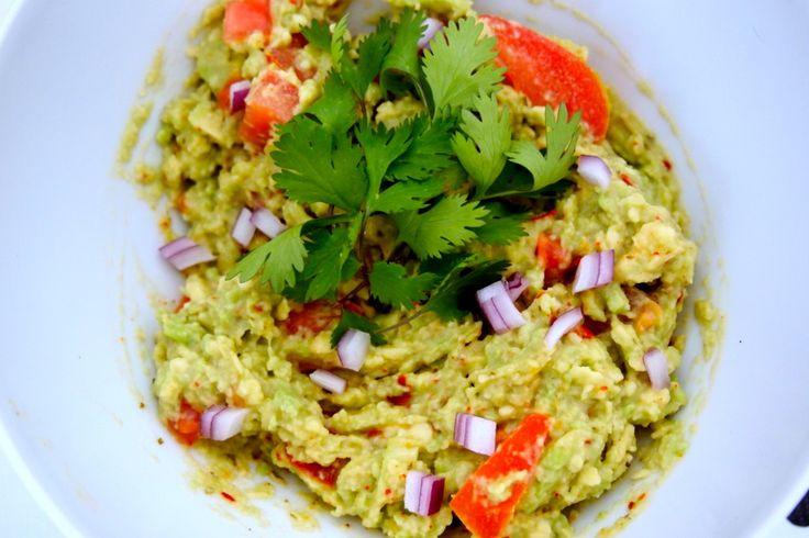 Recept: veganistische guacemole  3 rijpe avocado's  •een mooie biologische tomaat •teentje knoflook •cayennepeper (zoveel als je lekker vindt) •sojayoghurt naturel •1 citroen •verse koriander