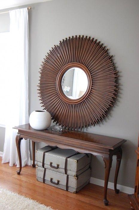 szare ściany,brązowe meble,stylowa konsolka,brązowe lustro,okągłe lustro