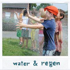 Voor druilerige dagen (spelen in, met en door de regen) als tijdens hittegolven (zon, zon, zon ... en water).  http://www.speelidee.be/list.php?SID=554b9f0ac3333&subject=7